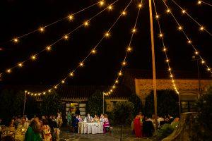 Boda en Aldeanueva del Camino de Sonia y Samuel realizada por el fotógrafo de bodas Johnny García. Una foto de los novios en la mesa presidencial.