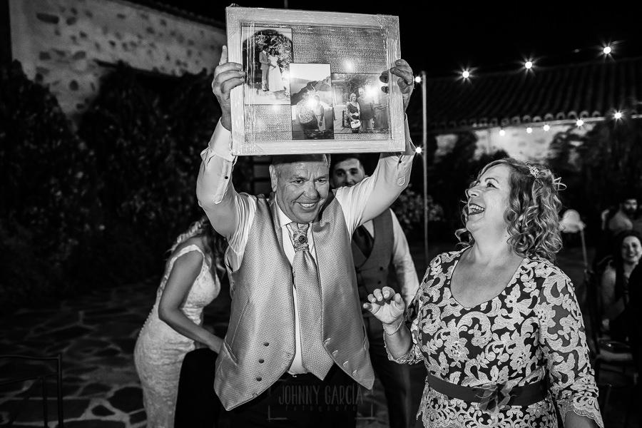 Boda en Aldeanueva del Camino de Sonia y Samuel realizada por el fotógrafo de bodas Johnny García. Los padres de Sonia emocionados con un regalos de los novios.