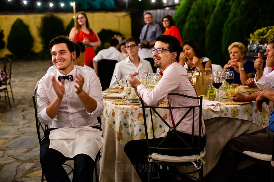 Boda en Aldeanueva del Camino de Sonia y Samuel realizada por el fotógrafo de bodas Johnny García. Amigos aplauden un regalo de los novios.