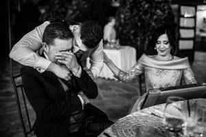 Boda en Aldeanueva del Camino de Sonia y Samuel realizada por el fotógrafo de bodas Johnny García. El padre de Samuel emocionado con un regalo de la pareja.