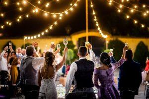 Boda en Aldeanueva del Camino de Sonia y Samuel realizada por el fotógrafo de bodas Johnny García. Los novios brindan con sus familiares.