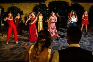 Boda en Aldeanueva del Camino de Sonia y Samuel realizada por el fotógrafo de bodas Johnny García. Los amigos de los novios bailan para la pareja.