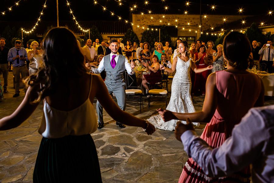 Boda en Aldeanueva del Camino de Sonia y Samuel realizada por el fotógrafo de bodas Johnny García. Los novios se animan a bailar.