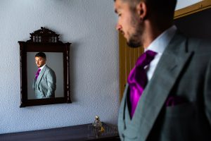 Boda en Aldeanueva del Camino de Sonia y Samuel realizada por el fotógrafo de bodas Johnny García. Un retrato de Samuel en casa de sus padres.