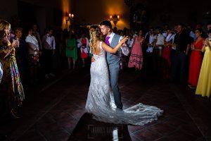 Boda en Aldeanueva del Camino de Sonia y Samuel realizada por el fotógrafo de bodas Johnny García. Primer baile nupcial.