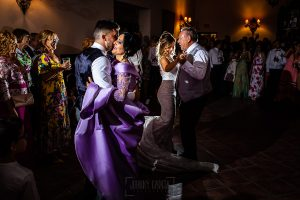Boda en Aldeanueva del Camino de Sonia y Samuel realizada por el fotógrafo de bodas Johnny García. Los novios bailan con sus padres.