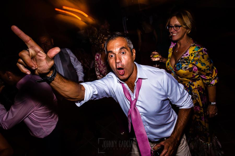 Boda en Aldeanueva del Camino de Sonia y Samuel realizada por el fotógrafo de bodas Johnny García. Baile de un inviatado.