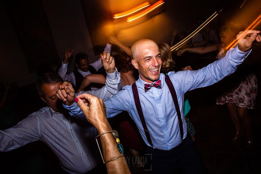 Boda en Aldeanueva del Camino de Sonia y Samuel realizada por el fotógrafo de bodas Johnny García. Un primeo durante el baile.
