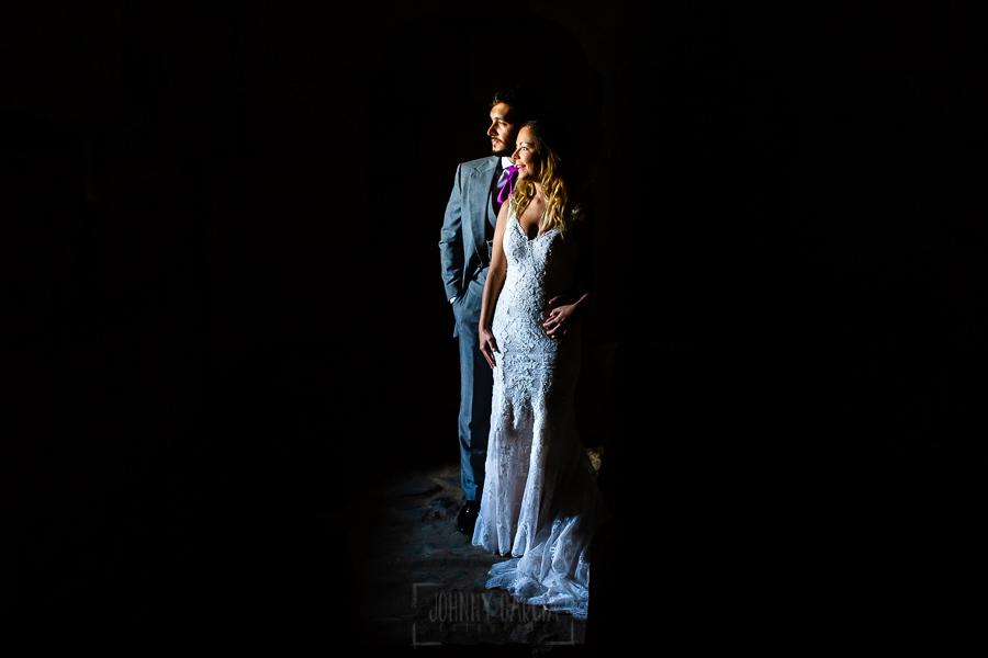 Boda en Aldeanueva del Camino de Sonia y Samuel realizada por el fotógrafo de bodas Johnny García. Retrato de los novios en Granadilla.