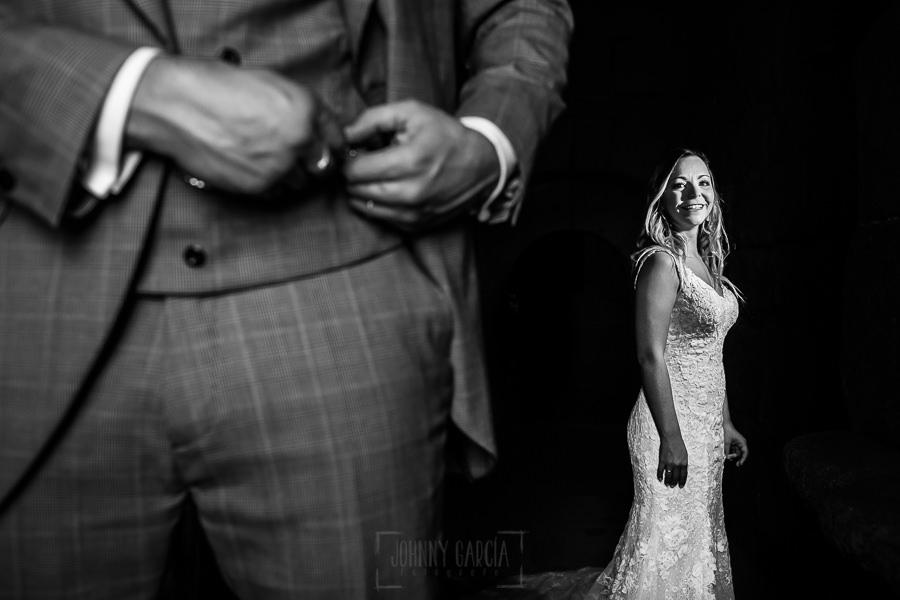 Boda en Aldeanueva del Camino de Sonia y Samuel realizada por el fotógrafo de bodas Johnny García. Los novios en el castillo.