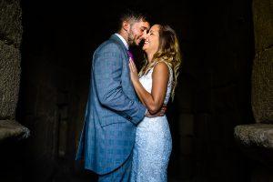 Boda en Aldeanueva del Camino de Sonia y Samuel realizada por el fotógrafo de bodas Johnny García. La pareja se abraza.