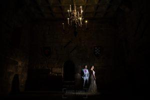 Boda en Aldeanueva del Camino de Sonia y Samuel realizada por el fotógrafo de bodas Johnny García. Los novios en el salón del castillo de granadilla.
