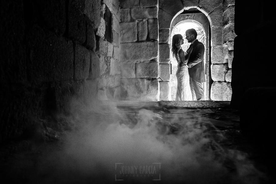 Boda en Aldeanueva del Camino de Sonia y Samuel realizada por el fotógrafo de bodas Johnny García. La pareja saliendo del castillo.