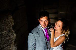 Boda en Aldeanueva del Camino de Sonia y Samuel realizada por el fotógrafo de bodas Johnny García. Un ratrato en la ventana del castillo.