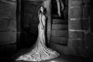 Boda en Aldeanueva del Camino de Sonia y Samuel realizada por el fotógrafo de bodas Johnny García. Un retrato de Susana en el Castillo.