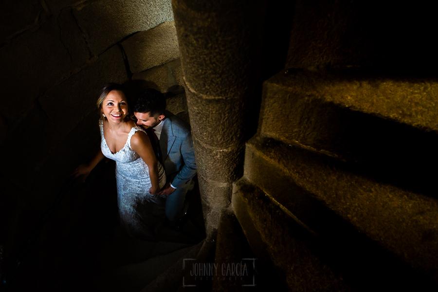 Boda en Aldeanueva del Camino de Sonia y Samuel realizada por el fotógrafo de bodas Johnny García. La pareja en las escaleras.