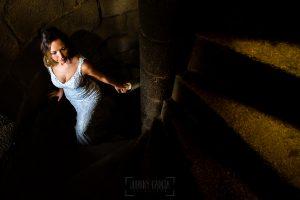 Boda en Aldeanueva del Camino de Sonia y Samuel realizada por el fotógrafo de bodas Johnny García. Susana sube las escaleras del castillo de la mano de Samuel.