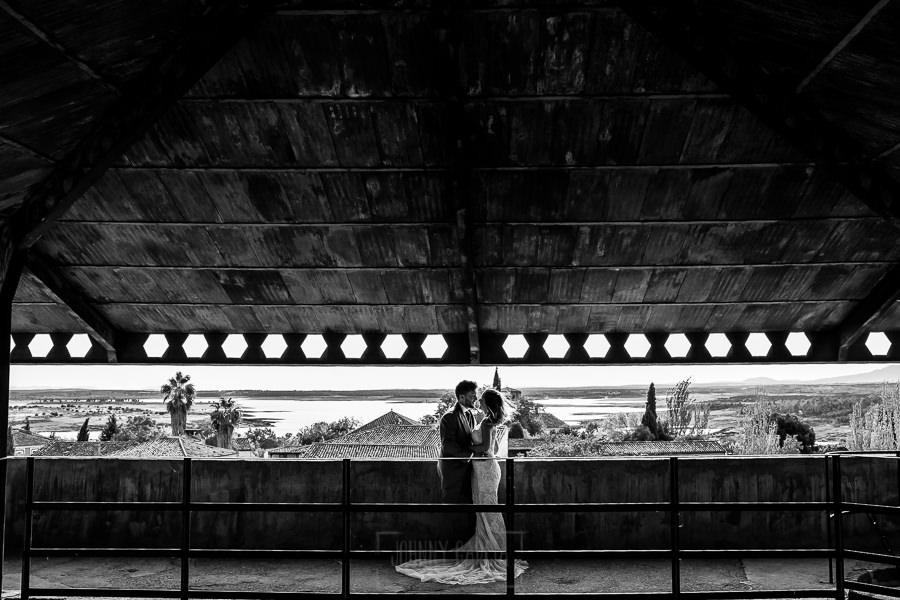 Boda en Aldeanueva del Camino de Sonia y Samuel realizada por el fotógrafo de bodas Johnny García. En lo alto del Castillo.
