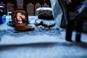Boda en Aldeanueva del Camino de Sonia y Samuel realizada por el fotógrafo de bodas Johnny García. La novia en la sesión de maquillaje.