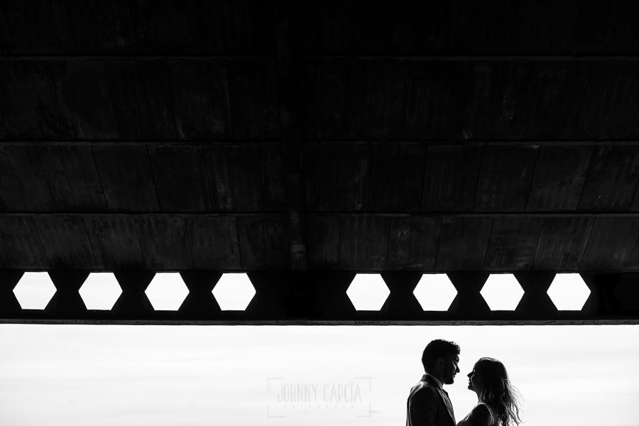 Boda en Aldeanueva del Camino de Sonia y Samuel realizada por el fotógrafo de bodas Johnny García. El perfil de la pareja en lo alto.