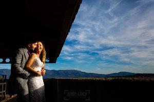 Boda en Aldeanueva del Camino de Sonia y Samuel realizada por el fotógrafo de bodas Johnny García. Retrato de los novios en la post boda.