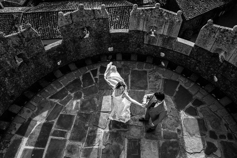 Boda en Aldeanueva del Camino de Sonia y Samuel realizada por el fotógrafo de bodas Johnny García. La pareja baila en el castillo.