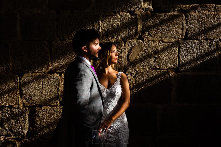 Boda en Aldeanueva del Camino de Sonia y Samuel realizada por el fotógrafo de bodas Johnny García. Los novios dentro del poblado de Granadilla.