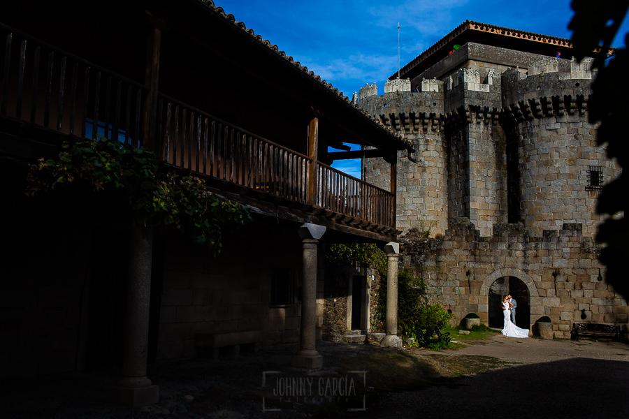 Boda en Aldeanueva del Camino de Sonia y Samuel realizada por el fotógrafo de bodas Johnny García. La pareja cerca del Castillo.