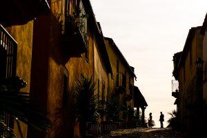 Boda en Aldeanueva del Camino de Sonia y Samuel realizada por el fotógrafo de bodas Johnny García. Una de las calles de Granadilla.