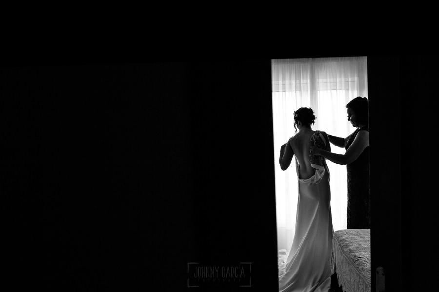 Boda en el Rincón de Castilla de Isa y Juan, realizada por el fotógrafo de bodas en Béjar Johnny García, la madre de Isa la ayuda a vestirse.