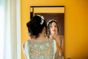 Boda en el Rincón de Castilla de Isa y Juan, realizada por el fotógrafo de bodas en Béjar Johnny García, Isa se pone los pendientes.