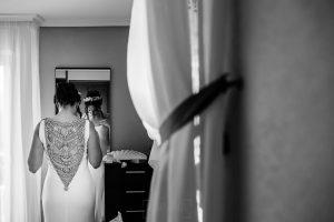 Boda en el Rincón de Castilla de Isa y Juan, realizada por el fotógrafo de bodas en Béjar Johnny García, detalle de la espalda de Isa con su vestido.