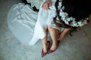 Boda en el Rincón de Castilla de Isa y Juan, realizada por el fotógrafo de bodas en Béjar Johnny García, los zapatos de Isa.