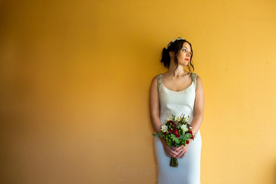 Boda en el Rincón de Castilla de Isa y Juan, realizada por el fotógrafo de bodas en Béjar Johnny García, Isa en su habitación ya preparada.