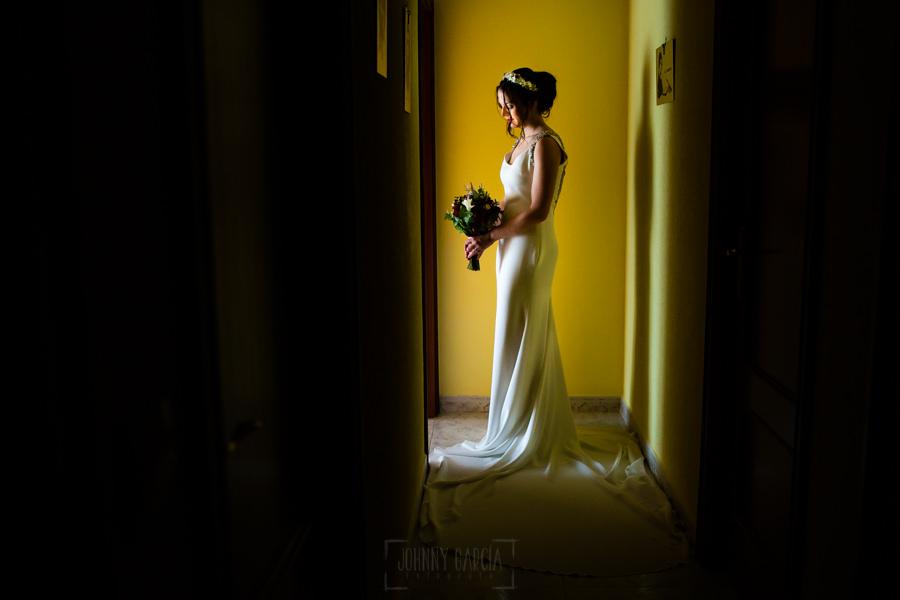 Boda en el Rincón de Castilla de Isa y Juan, realizada por el fotógrafo de bodas en Béjar Johnny García, una foto de Isa en el pasillo de su casa.