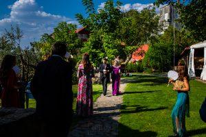 Boda en el Rincón de Castilla de Isa y Juan, realizada por el fotógrafo de bodas en Béjar Johnny García, Juan acompaña a su madre al altar.