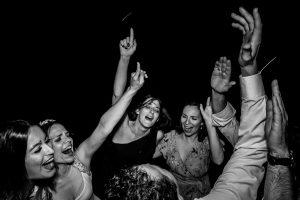 Boda en el Rincón de Castilla de Isa y Juan, realizada por el fotógrafo de bodas en Béjar Johnny García, los amigos de los novios bailan en la fiesta.