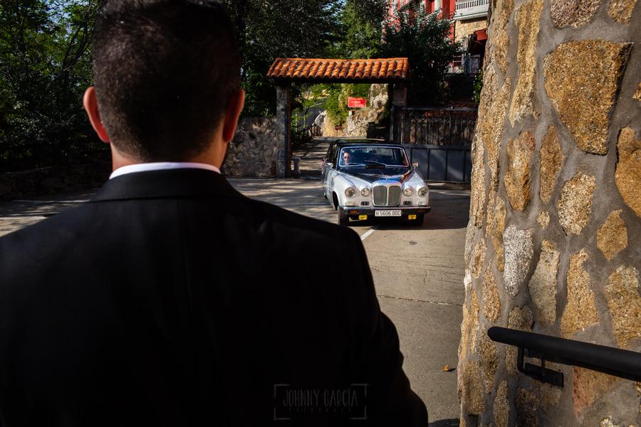 Boda en el Rincón de Castilla de Isa y Juan, realizada por el fotógrafo de bodas en Béjar Johnny García, llega el coche de la novia.