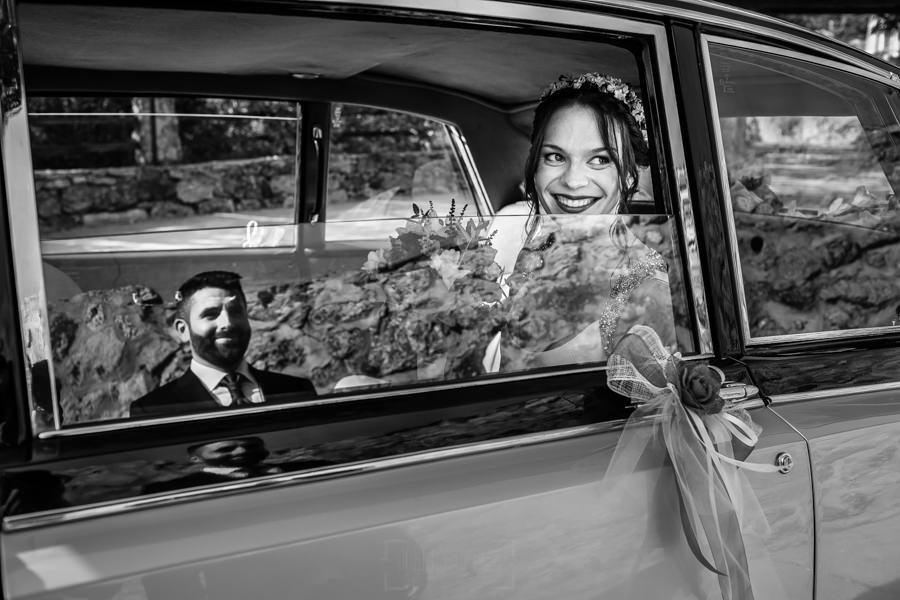 Boda en el Rincón de Castilla de Isa y Juan, realizada por el fotógrafo de bodas en Béjar Johnny García, Isa ve a Juan antes de bajarse del coche.