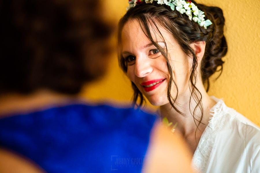 Boda en el Rincón de Castilla de Isa y Juan, realizada por el fotógrafo de bodas en Béjar Johnny García, Isa junto a su madre en el momento de vestirse.