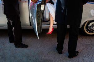 Boda en el Rincón de Castilla de Isa y Juan, realizada por el fotógrafo de bodas en Béjar Johnny García, Un detalle de los zapatos de Isa al bajar del coche.