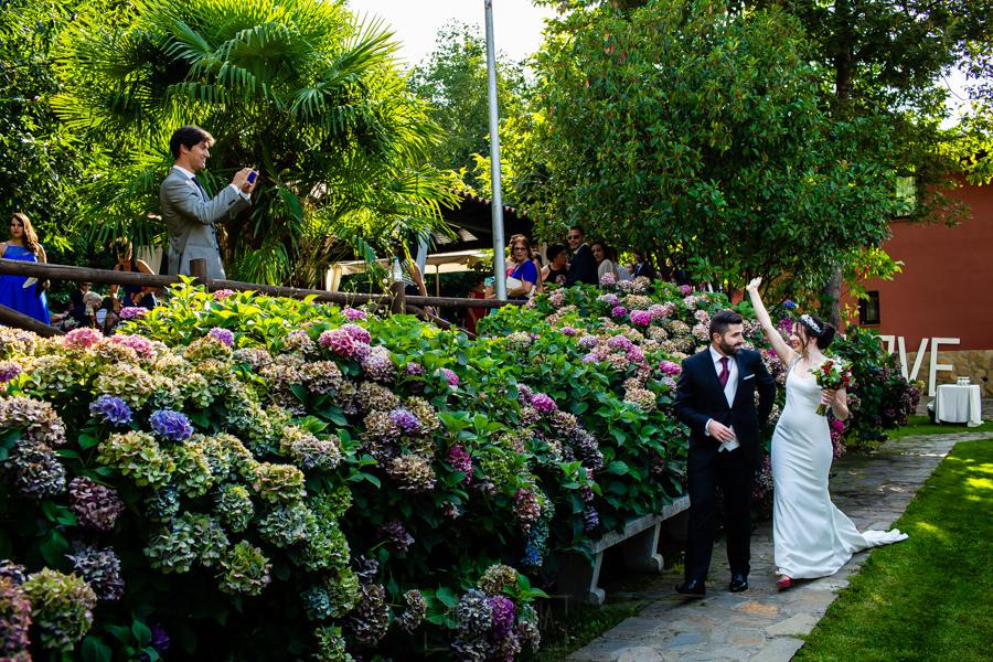 Boda en el Rincón de Castilla de Isa y Juan, realizada por el fotógrafo de bodas en Béjar Johnny García, los novios llegan juntos al altar.