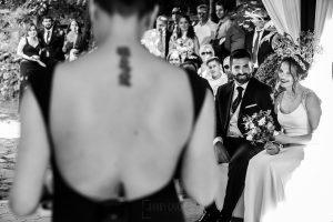 Boda en el Rincón de Castilla de Isa y Juan, realizada por el fotógrafo de bodas en Béjar Johnny García, la pareja escucha a la maestra de ceremonia.