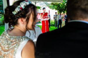 Boda en el Rincón de Castilla de Isa y Juan, realizada por el fotógrafo de bodas en Béjar Johnny García, la maestra de ceremonias, la hermana de Juan.