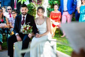 Boda en el Rincón de Castilla de Isa y Juan, realizada por el fotógrafo de bodas en Béjar Johnny García, los novios escuchan y sonríen.