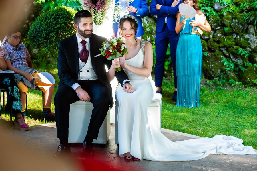 Boda en el Rincón de Castilla de Isa y Juan, realizada por el fotógrafo de bodas en Béjar Johnny García, la pareja aplaude un discurso de la ceremonia.
