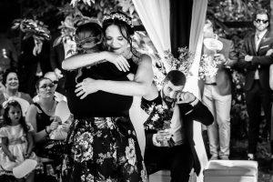 Boda en el Rincón de Castilla de Isa y Juan, realizada por el fotógrafo de bodas en Béjar Johnny García, Isa abraza a una amiga.