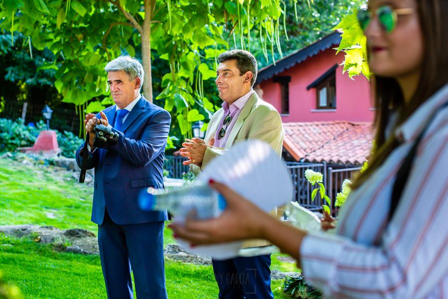Boda en el Rincón de Castilla de Isa y Juan, realizada por el fotógrafo de bodas en Béjar Johnny García, invitados a la boda aplauden el discurso.