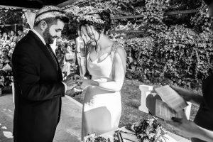 Boda en el Rincón de Castilla de Isa y Juan, realizada por el fotógrafo de bodas en Béjar Johnny García, intercambio de anillos entre la pareja.