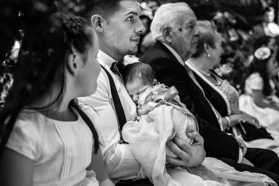 Boda en el Rincón de Castilla de Isa y Juan, realizada por el fotógrafo de bodas en Béjar Johnny García, la sobrina recién nacida de la pareja duerme.